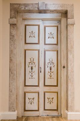 Decorazione di una porta ascensore con cornice