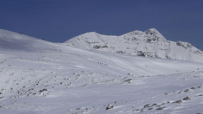 Blick zu den Tourengehern am Gipfelhang vom Angerkogel