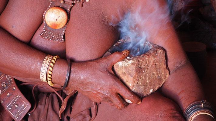 Namibia, Himba beim Räuchern