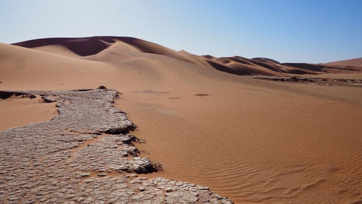 Reste einer Salzpfanne am Weg ins Hiddenvlei