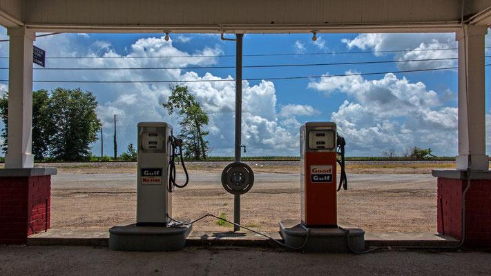 abandoned gas station, money, mississippi