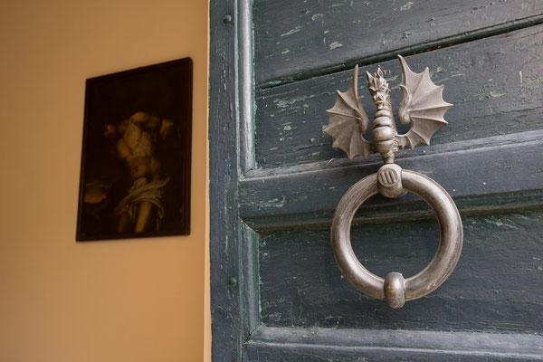 Borgo Boncompagni Ludovisi - particolare portale Chiesa