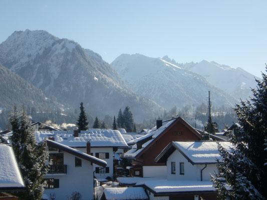 Ausblick vom Balkon auf die Allgäuer Alpen