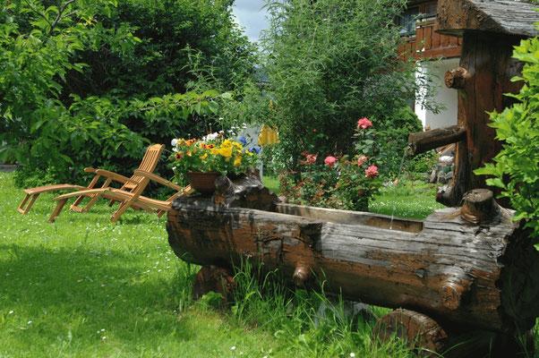 gemütliche Liegestühle im Garten