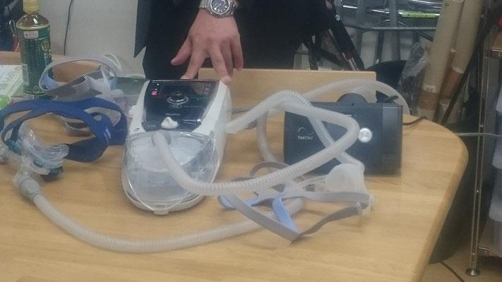 右がCPAP(睡眠時無呼吸等の方に使用)、左がBIPAP(重度のCOPD等に使用)