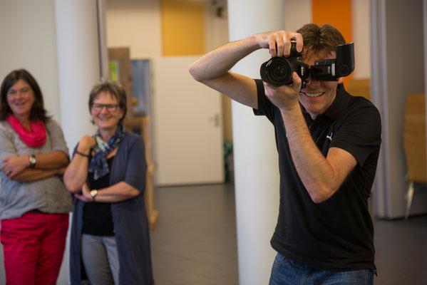 "Foto: Markus Buess; Daniel Krieg am Posten ""Fotomontagen"" (Portraitfotografie mit Greenscreen - Technik)"