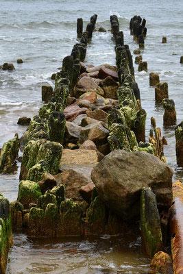 Reste eines Anlegers am Strand von Swetlogorsk (dt.: Rauschen) in Kaliningrad-Russland