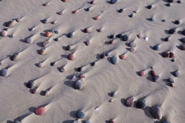 Steine am Strand von Nida (dt. Nidden) auf der Kurischen Nehrung (Litauen)