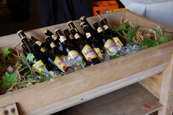 Bierflaschen im eisgekühlten Brottisch