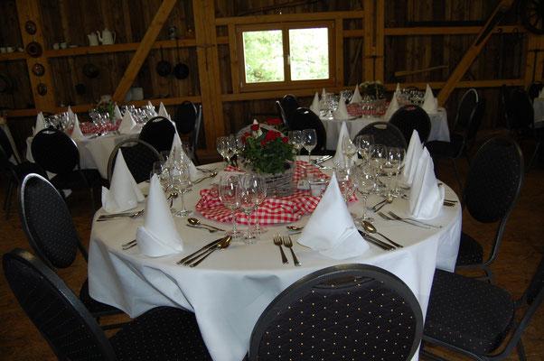 Apéroraum mit runden Tischen und Stühlen (zugemietet)