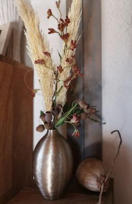 Strauß mit  Känguruhpfötchen komplett mit goldfarbener Aluvase Höhe 86cm € 64,00