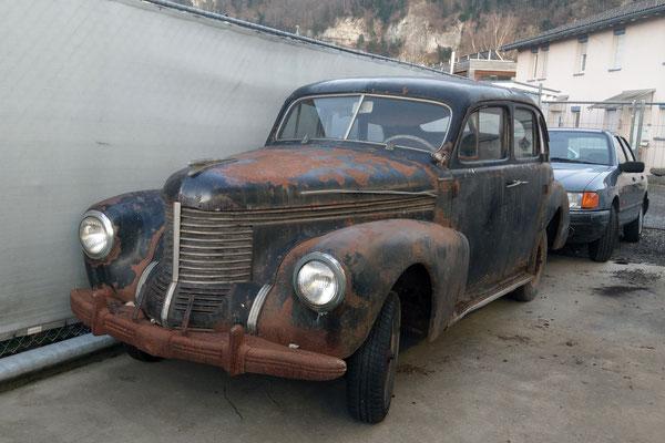 hinter den Kulissen ein alter Opel Kapitän aus den 40er Jahren den ihr kaufen könnt!