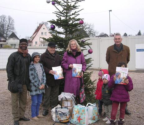 Astrid Stadthaus-Panissié, Günter Scholz und Volker Krause überreichen am 14. 12. 2015 eine Spende an das Flüchtlingheim.