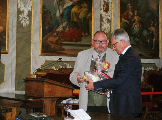 Marcel Niewöhner übergibt Geschenkkorb an Gastredner Ludger Hinsen beim Jahresempfang 2016