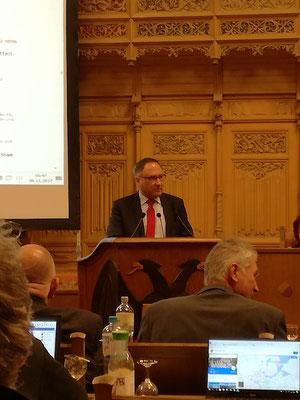 Oliver Dedow am Pult, Marcel Niewöhner und Volker Krause vorne im Bild während der Haushaltsdebatte in der Bürgerschaft am 30.11.2017