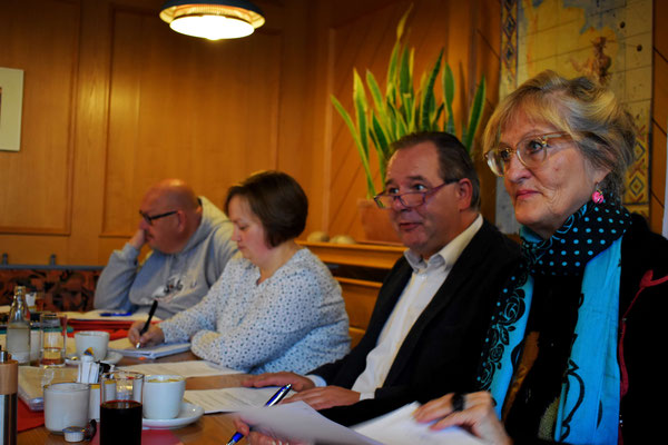 Der Vorstand (v.l.: Marcel Niewöhner, Natalie Regier, Lothar Möller und Astrid Stadthaus-Panissié) leitet die Mitgliederversammlung vom 07.10.2017