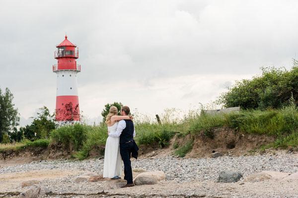 Brautpaar am Strand vom Leuchtturm Falshöft