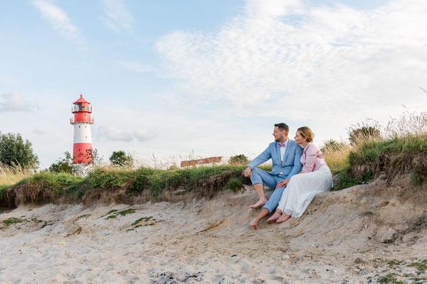 Brautpaar am Strand vor dem Leuchtturm Falshöft