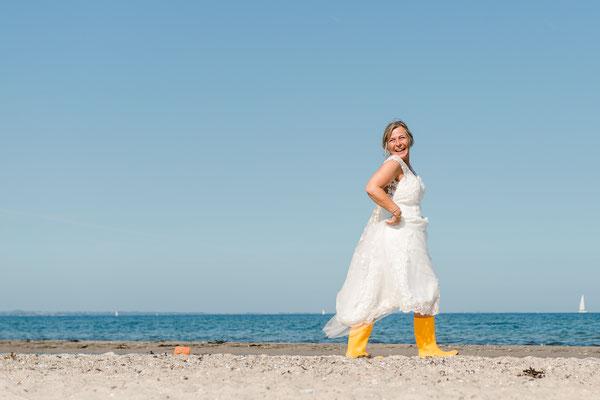 Braut am Strand vom Leuchtturm Falshöft