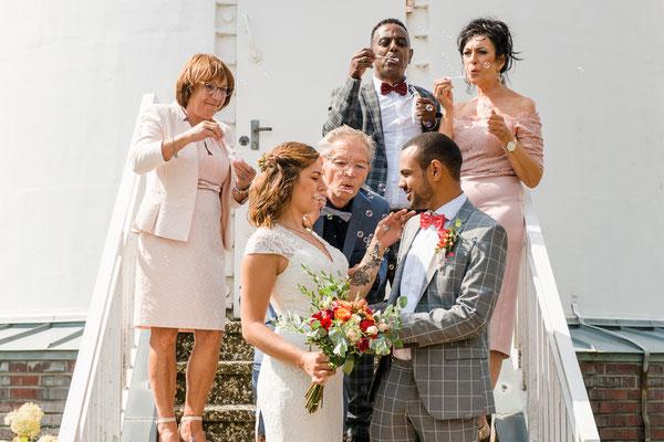Hochzeitsgesellschaft vor dem Leuchtturm Falshöft
