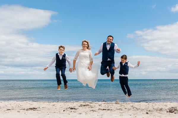 Brautpaarshooting am Strand vor dem Leuchtturm Falshöft