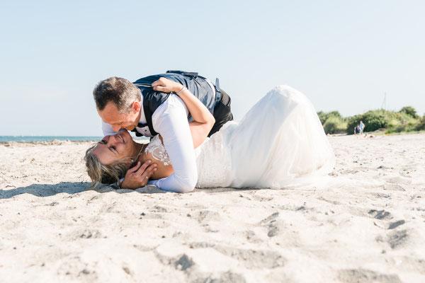 Brautpaarshooting am Strand vom Leuchtturm Falshöft