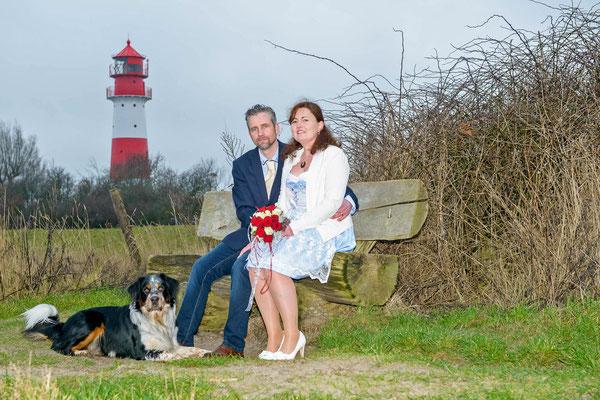 Brautpaar mit Hund vor dem Leuchtturm Falshöft