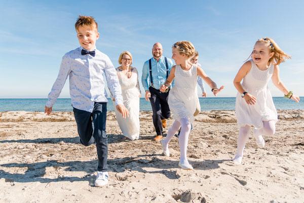 Brautpaar- und Gästeshooting am Strand vor dem Leuchtturm Falshöft