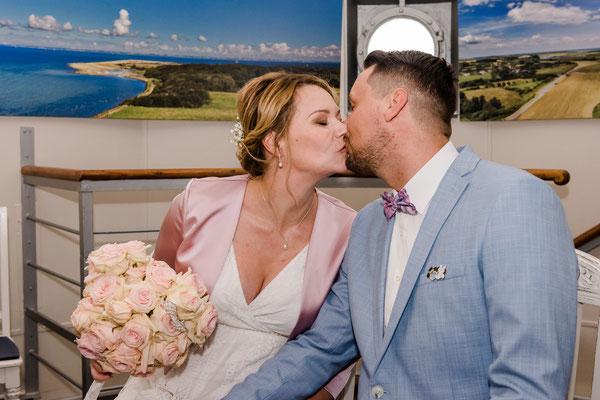 Brautpaar im Trauzimmer vom Leuchtturm Falshöft
