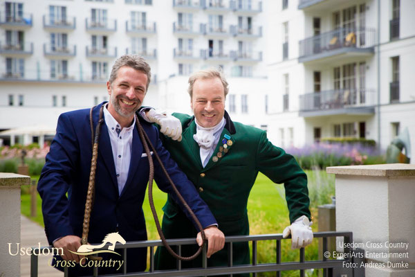 Hoteldirektor Carsten Willenbockel und Schauspieler Till Demtroeder beim Pressetermin vor dem Hotelgarten. Foto: ©ExperiArts Entertainment- Andreas Dumke