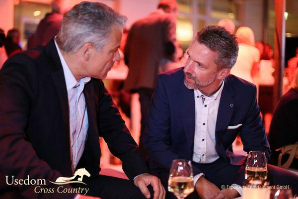 Schauspieler Karsten Speck im Gespräch mit Hoteldirektor Carsten Willenbockel  Foto: ©Experiarts Entertainment