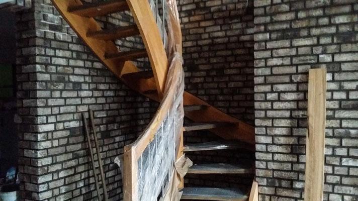 Treppenaufgang mit Holz und Klinker