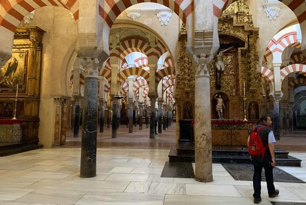 """als ein """"Akt der Barbarei"""" bezeichnen viele die in die Moschee hineingebaute Kathedrale"""
