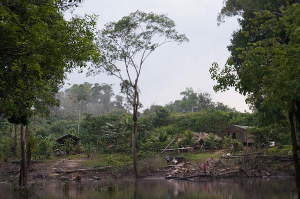 typisches Dorf am Fluss