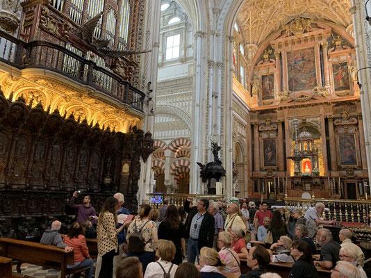 eine andere Welt; die protzige Kathedrale als starker Kontrast zur edlen Schlichtheit der Mezquita