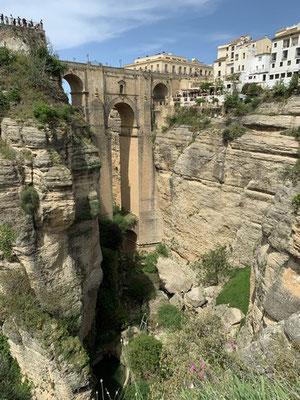 """98 Meter über dem Grund der Tajoschlucht: die """"Puente Nuevo"""" aus dem 18. Jahrhundert"""