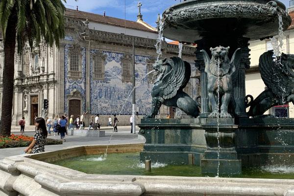 die wichtigsten Zutaten zu einem portugiesischen Platz: Sonne, Palmen, ein Brunnen, eine Kirche, Azulejos ...