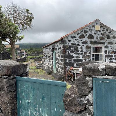 typisches Haus, gebaut aus Lavasteinen