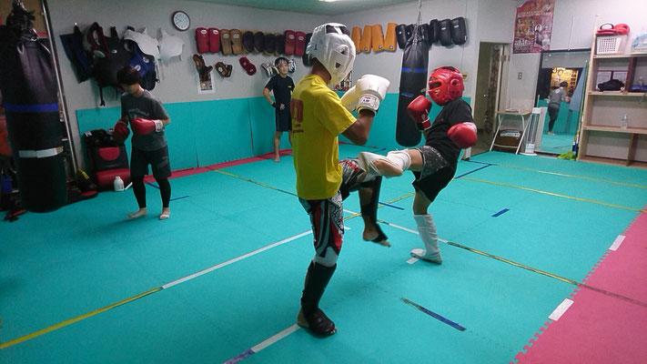 中学生と高校生のキックボクシングスパーリング。