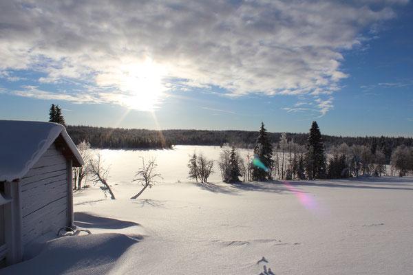 Malerische, tief verschneite Landschaft
