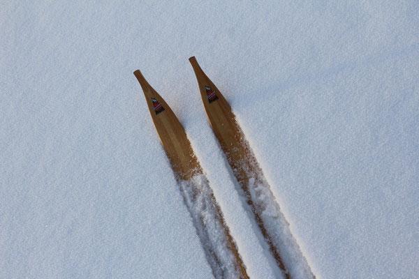 """""""Schwedische Ski"""" mit denen man auch ohne Loipe vorankommt. Diese sind breiter als Langlaufski"""