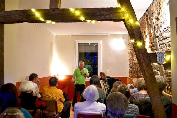 """Das Duo Florian Stadler & Mitch Heinrich während des Viertelklang-Festivals im Kulturort """"Die arme Poetin"""" am 01. September 2018. (Foto: Kulturort """"Die arme Poetin"""")"""