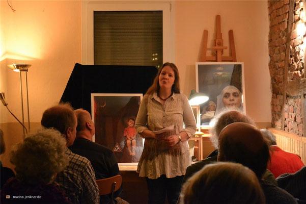 """Lesung zur Anthologie """"Paternoster - Vom Auf und Ab des Lebens"""" am 28. Januar 2016 mit Moderatorin Marina Jenkner. (Foto: Kulturort """"Die arme Poetin"""")"""