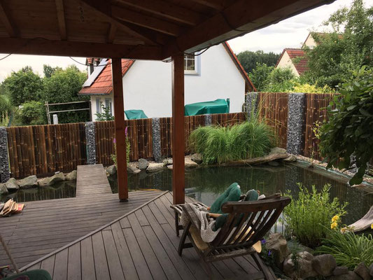 Sichtschutzzaun Kombination aus Gabionen gefüllt mit Alpenschotter und Bambusfeldern