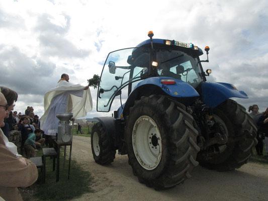 L'abbé Dupont, non content de bénir les motos, bénit aussi les tracteurs ; cela se passe à Malmy chaque année