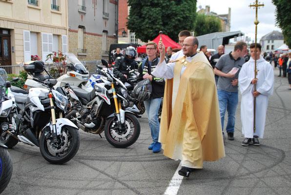 Vu pour vous à  la fête de la moto de Mouzon : l'abbé Dupont procède à la bénédiction des motos