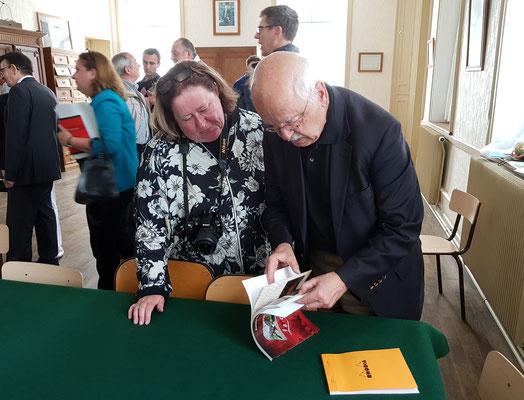 Erik Orsenna, académicien, parcourt le livre de Françoise Thomas sur la cuisine du sanglier des Ardennes
