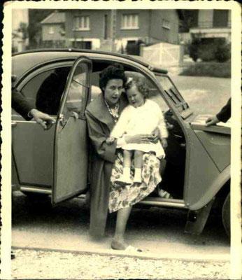 Dans mes livres, beaucoup de photos en noir et blanc ; la petite fille, c'est moi dans les bras de ma maman !