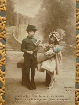 Beaucoup de cartes postales anciennes dans mes livres