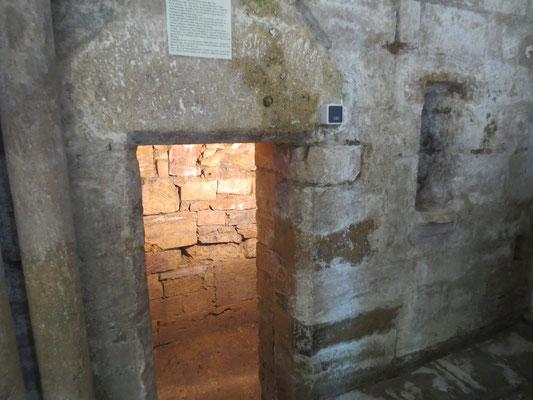 La cellule de la recluse à Mouzon, à l'intérieur de l'abbatiale ; Dame Mathilde y a vécu